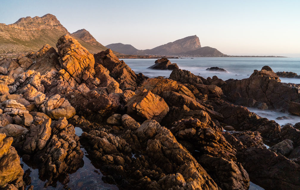 https://kleinmondtourism.co.za/wp-content/uploads/2020/06/rooi-els-seascape-looking-at-pringle-bay-south-africa-1008x640.jpg